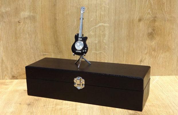 cutie de ceasuri si chitara miniatura ceas de birou