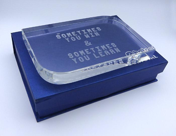 Trofeu de cristal gravat cu mesaj pentru profesor