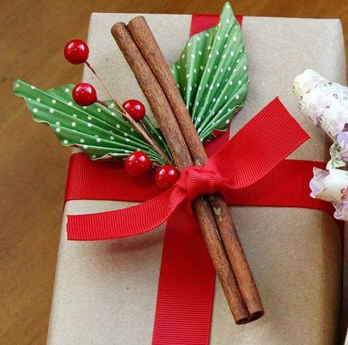 Cutie de cadouri de craciun decorata cu scortisoara