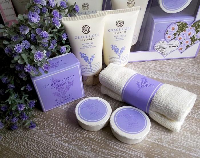 Set pentru baie Grace Cole cu parfum floral, continand note aromatice de lavanda, menta, ananas, iasomie si piersica.