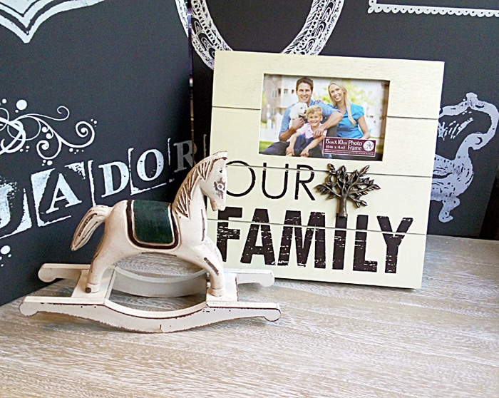 Rama foto Family impreuna cu un calut din lemn.