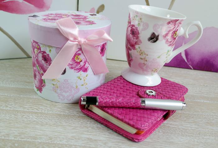 Cana inflorata si carnetel cu pix roz.