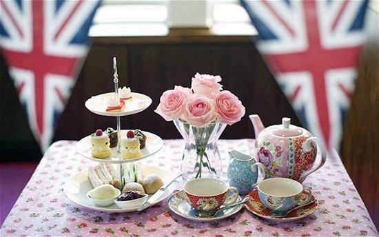 Masa decorata cu cesti de cafea sau ceai.