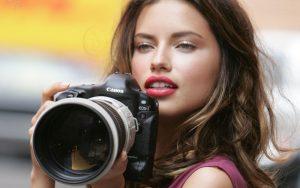 Fata frumoasa cu aparat de fotografiat Canon