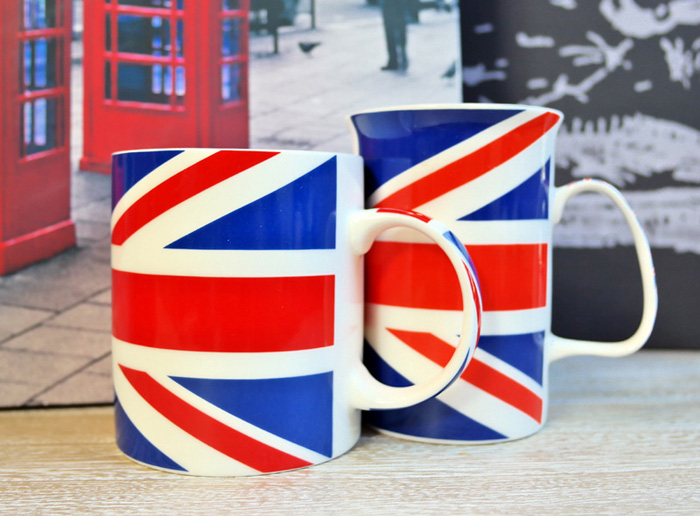 Cani de cafea din portelan cu steagul Angliei.