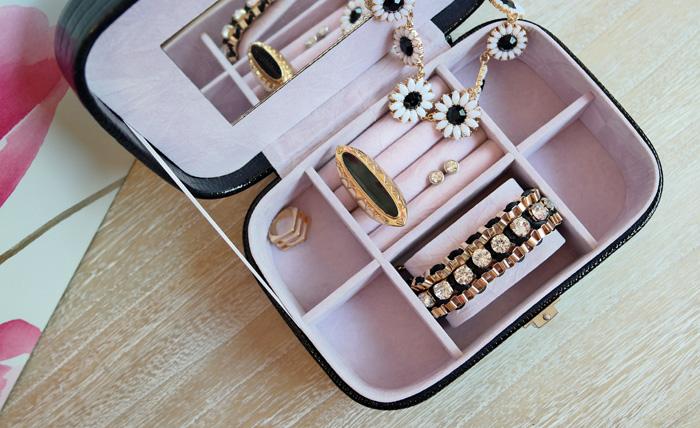 Cutie eleganta pentru bijuterii.