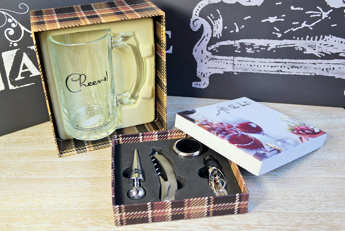 Cadouri pentru barbati: halba de bere si kit pentru vin.