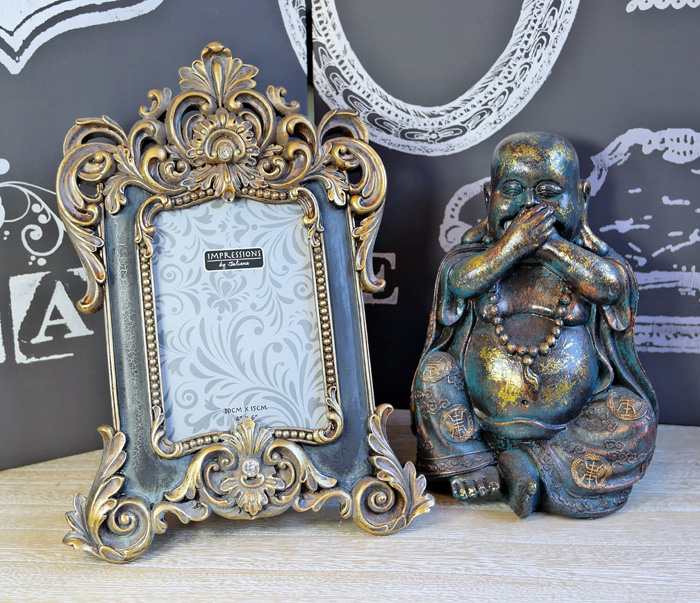 decor pentru birou: rama foto si statueta Budha.