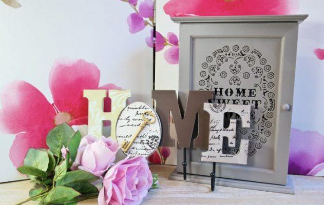 Cuier decorativ HOME si suport pentru chei.