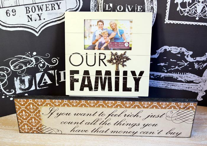 Tablou cu citat si rama de familie.