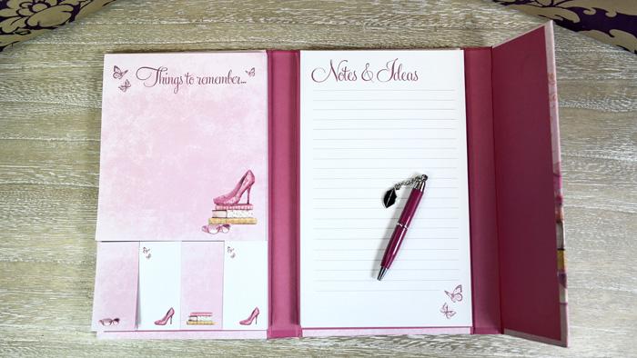 De luat in geanta: agenda carnetel si pix. 6 lucruri esentiale in geanta unei femei