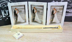 Cadou pentru nunta: rama foto si cutit pentru tort.