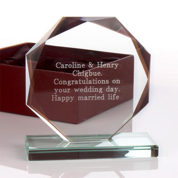 Trofeu de cristal personalizat prin gravare