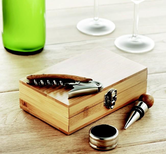 Cutie cu set de accesorii pentru vin