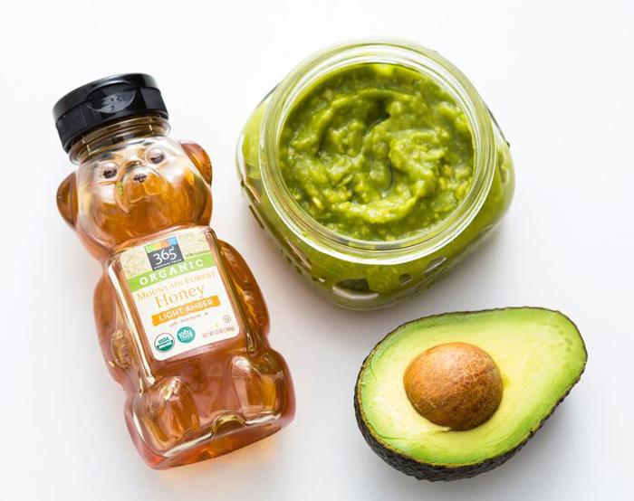 Ingrediente pentru masca hidratanta cu avocado.