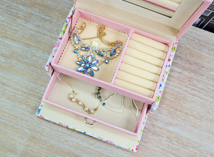 Casete de bijuterii cu flori.