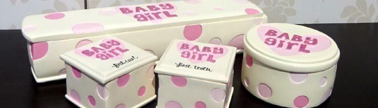 Cadou de botez pentru fetite decorat cu buline roz