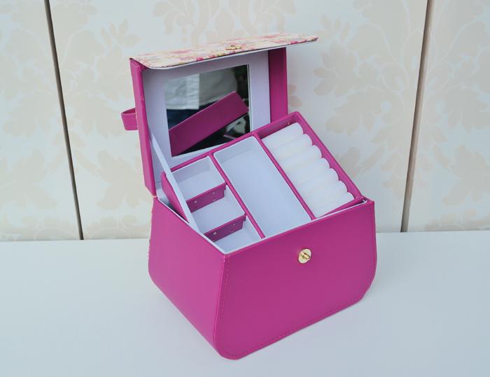 Cadou pentru domnisoare: caseta de bijuterii gentuta Louise Tiler