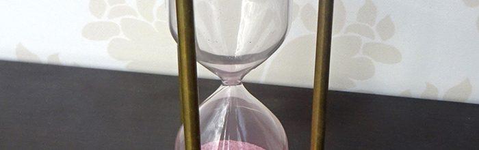 Clepsidra metalica cu busola - un cadou pentru barbati iesit din comun
