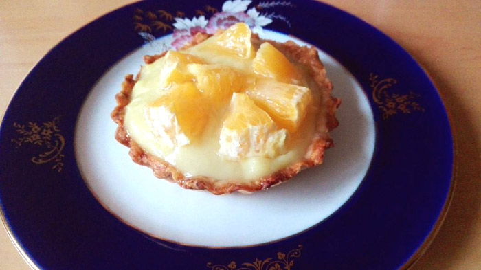 Tarta vegana cu crema de vanilie si fructe portocale