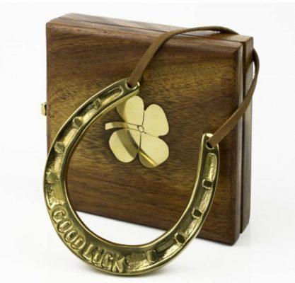 Potcoava norocoasa de bronz in cutie de lemn